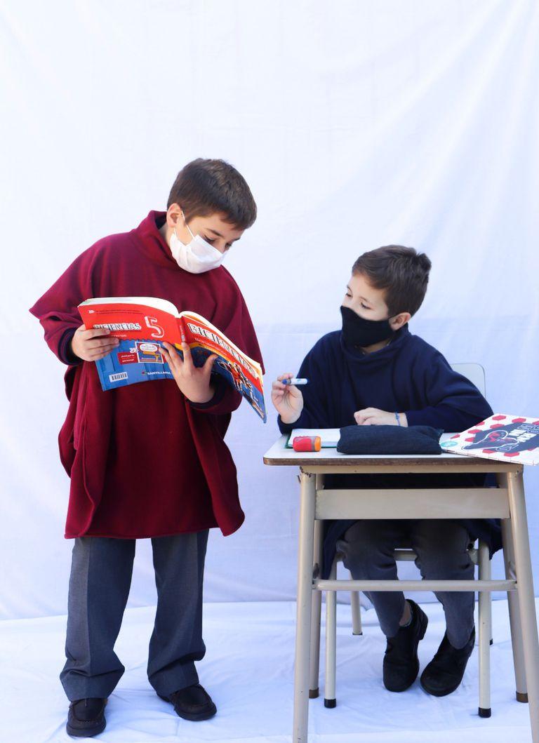 """Tuvo que cerrar su empresa y fabrica capas """"a lo Harry Potter"""" para que los chicos estén calentitos en el aula"""