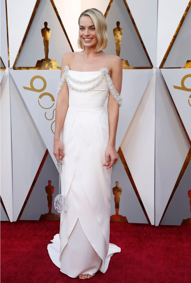 Margot Robbie, también de blanco, es una de las favoritas a quedarse con el Oscar a mejor actriz por Yo soy Tonya