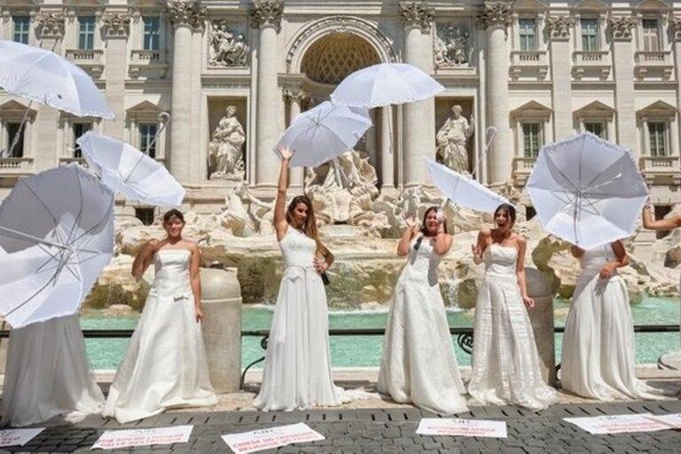 La protesta fue organizada por una entidad que reúne a diferentes empresas relacionadas a los casamientos, que estiman que en lo que va del año no se celebraron unas 50.000 ceremonias a causa de la pandemia
