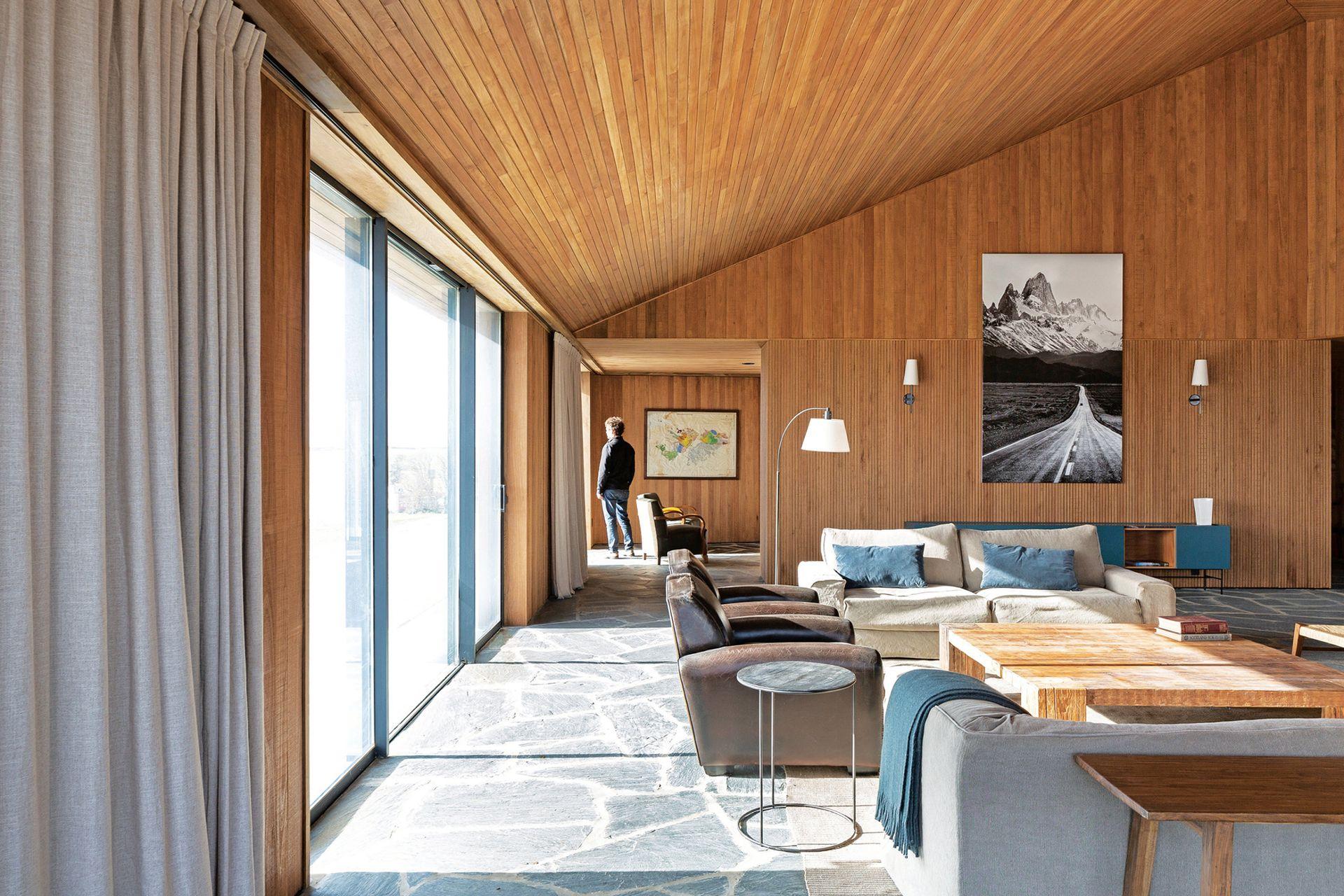 El área del living está equipada con varios sofás (Landmark) y mesa ratona de madera (Paul French Gallery).