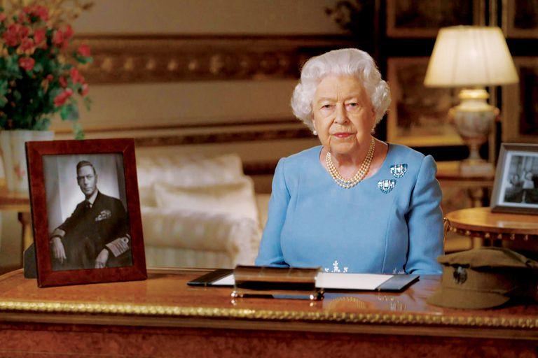 La soberana del Reino Unido le habló al país a las 8 de la noche, misma hora en que su padre, Jorge VI, anunció el fin de la guerra a través de la radio.