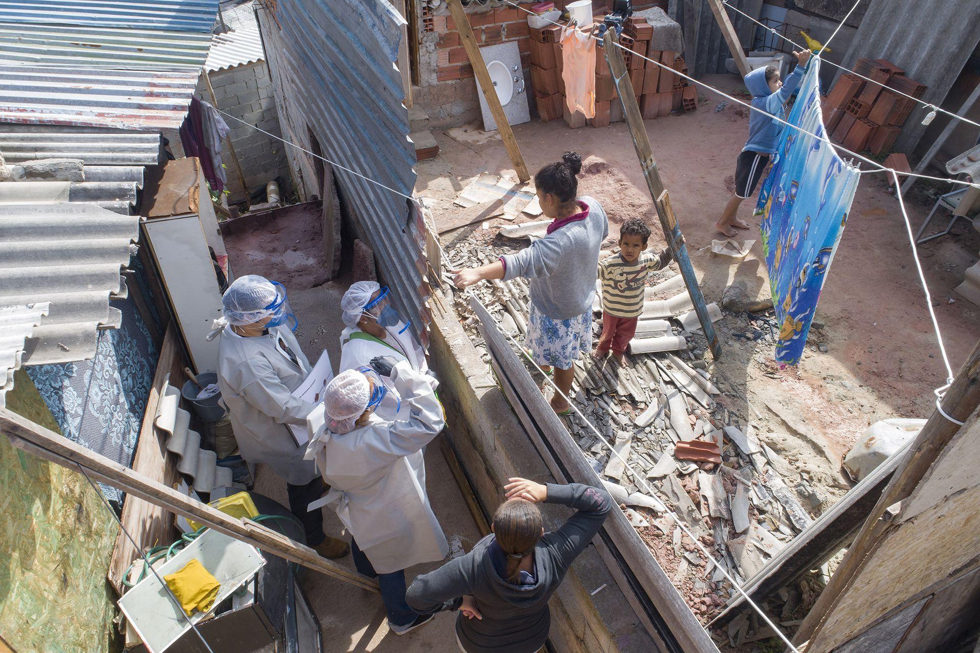 Agentes de Médicos sin Fronteras con pobladores de las afueras de San Pablo, Brasil