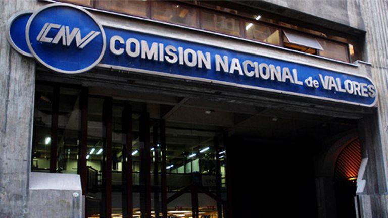 """Desde la Comisión Nacional de Valores (CNV) convocaron entre miércoles y jueves a operadores para sugerirles que """"dejen de presionar"""" sobre los dólares financieros."""