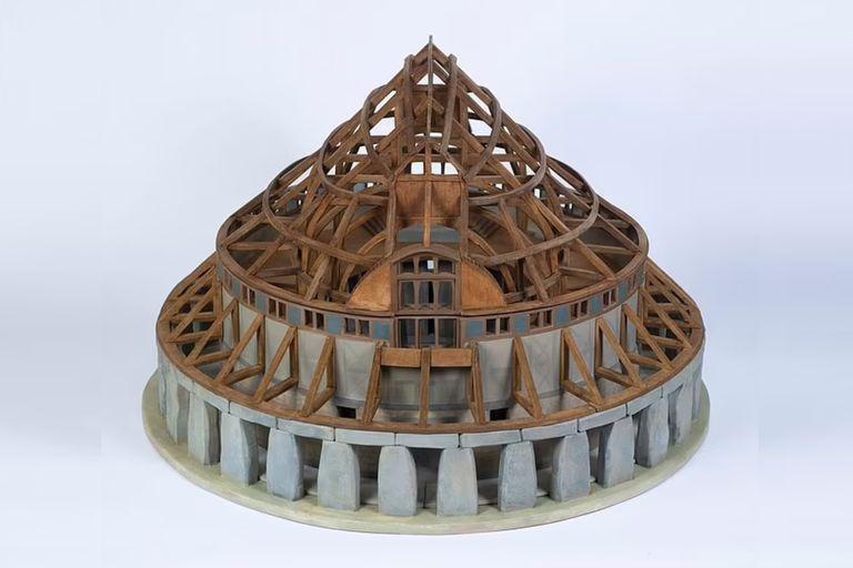 La arquitecta diseñó una copia a escala de la singular estructura de Stonehenge con techo