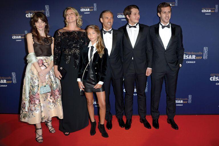 El 24 de febrero de 2017, durante la ceremonia de entrega de los premios Cesar en la que le otorgaron un reconocimiento al actor, su hijo, Paul Belmondo, posa con sus hijos, Victor y Giacomo, su hermana menor, Stella, su mujer, Luana Tenca, y su sobrina, Annabelle (hija de Florence Belmondo).