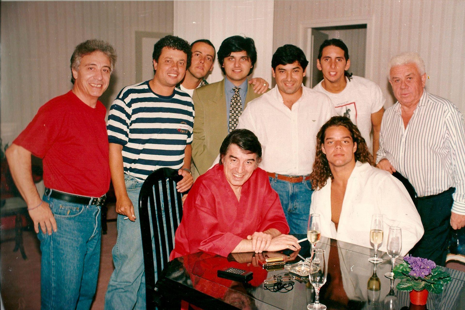 Sandro, Ricky Martin y Aldo Aresi rodeados de colaboradores luego de una función del Gitano en un teatro porteño