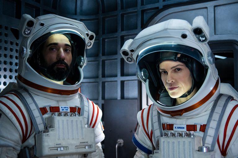 Lejos: lo bueno y lo malo de la serie de Netflix con Hilary Swank