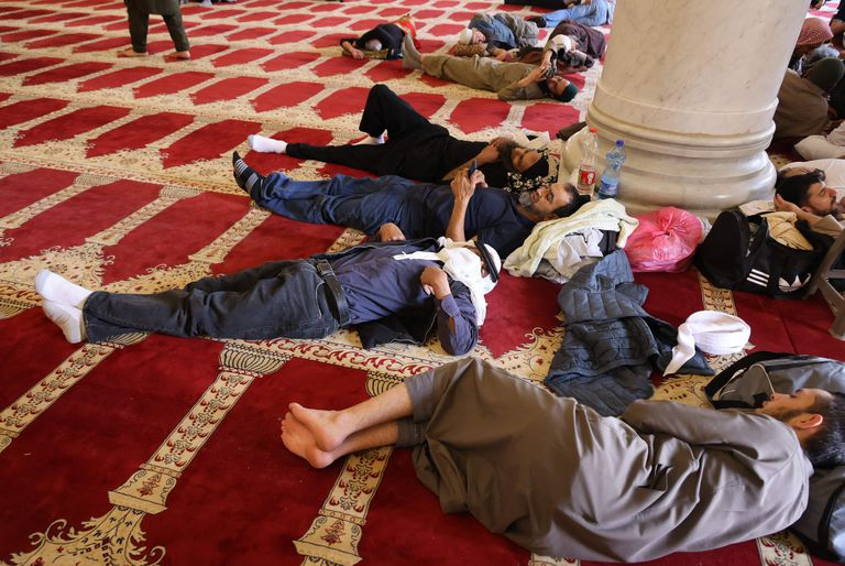 Los fieles palestinos descansan en la mezquita Al-Aqsa de Jerusalén durante los últimos días del mes sagrado musulmán del Ramadán