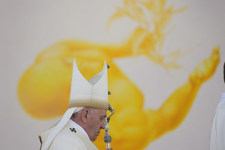 El papa Francisco arriba a la misa que oficiará en el Santuario Nacional en Sastin, Eslovaquia, miércoles 15 de setiembre de 2021.  (AP Foto/Gregorio Borgia)