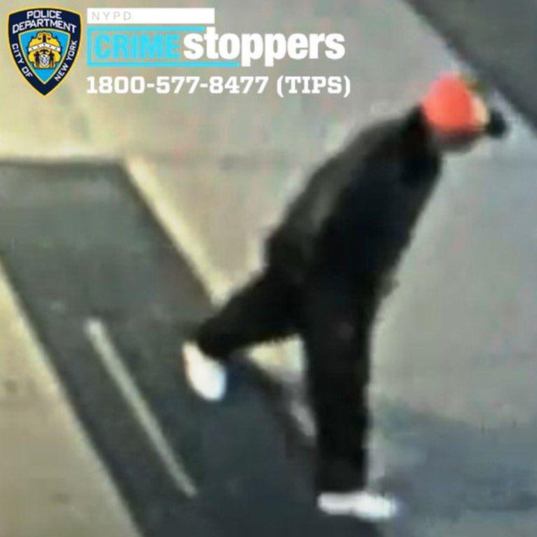 En imagen del viernes 23 de abril de 2021, tomada de una videocámara de seguridad y que ha sido difundida por el Departamento de Policía de la Ciudad de Nueva York, muestra a un hombre no identificado que la policía busca tras la agresión contra un asiático de 61 años en el barrio de East Harlem, en Nueva York. (Departamento de Policía de la Ciudad de Nueva York vía AP)