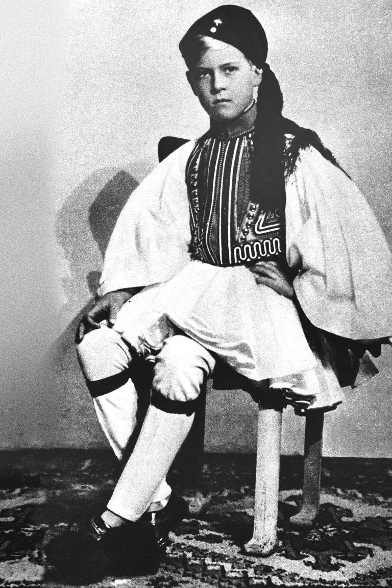 """Un retrato de la serie más conocida que se haya tomado el príncipe Felipe en su juventud: con el uniforme de """"evzone"""", típico soldado griego de elite."""