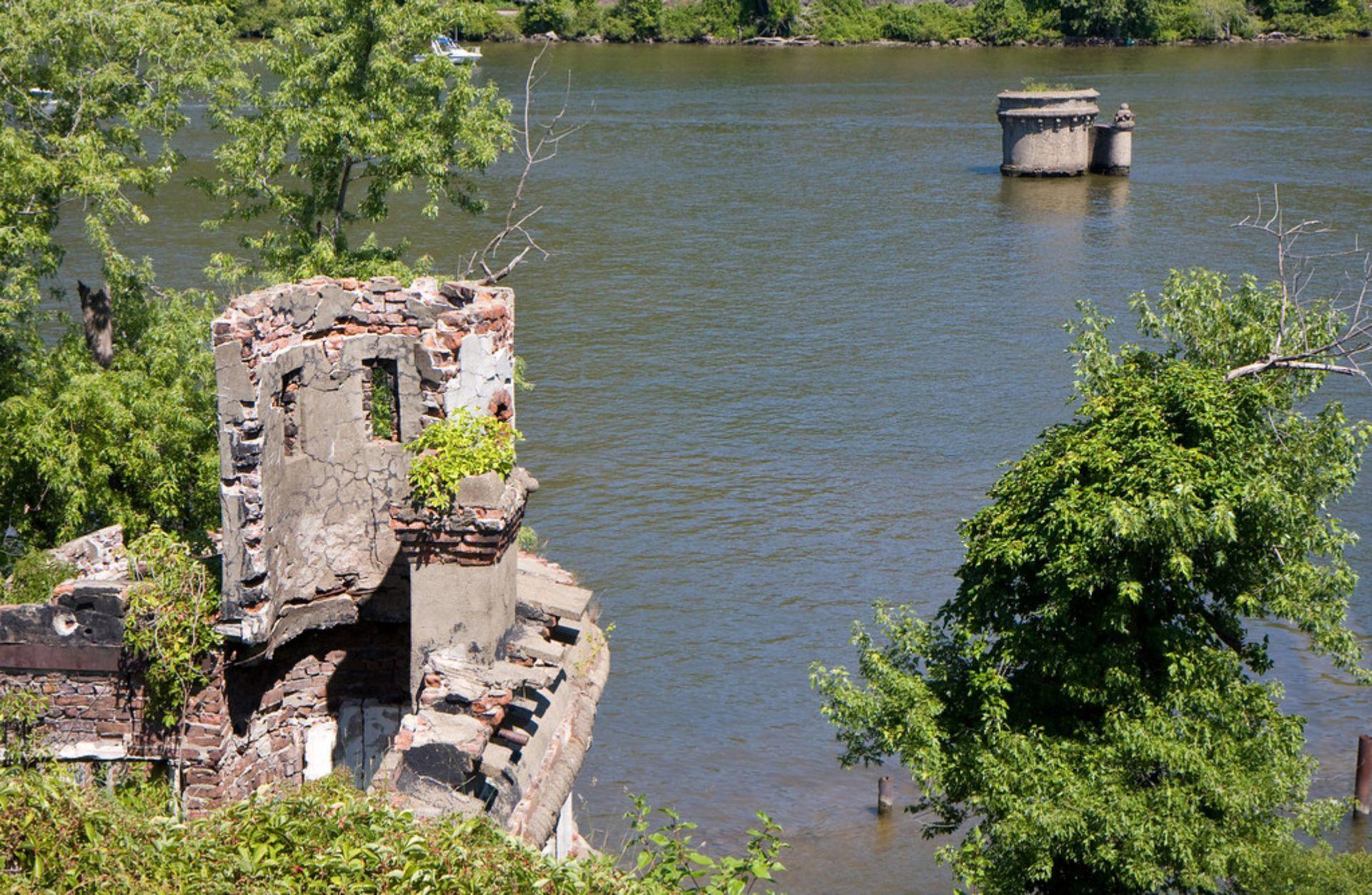 La pequeña isla donde se construyó el castillo tiene  unos 80 kilómetros y en su gran mayoría estaba construida por rocas, pero también presentaba una agradable vegetación.