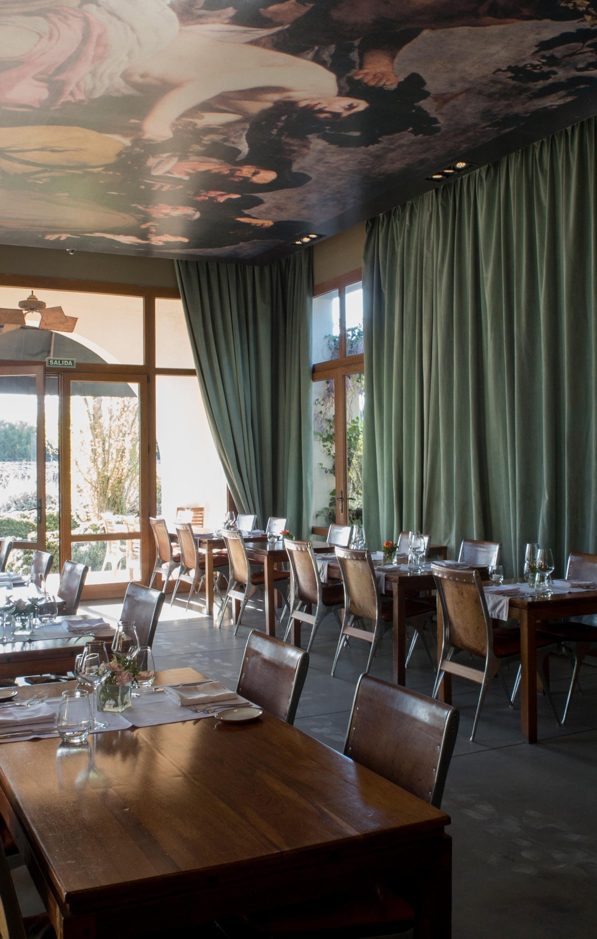 El salón de Cavas Wine Lodge, en Mendoza.