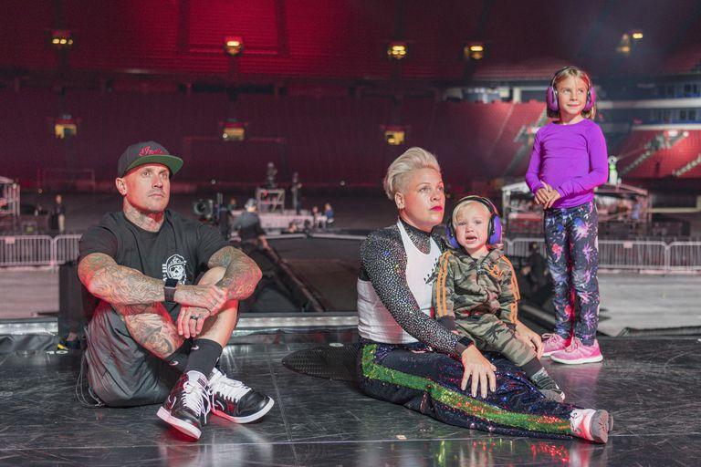 La familia unida antes de un show