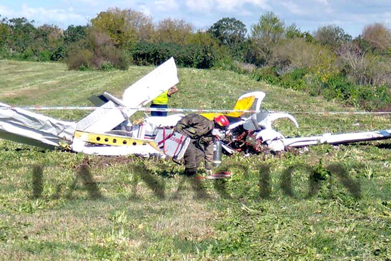 Dos muertos por la caída de una avioneta en Berazategui al costado de la autopista