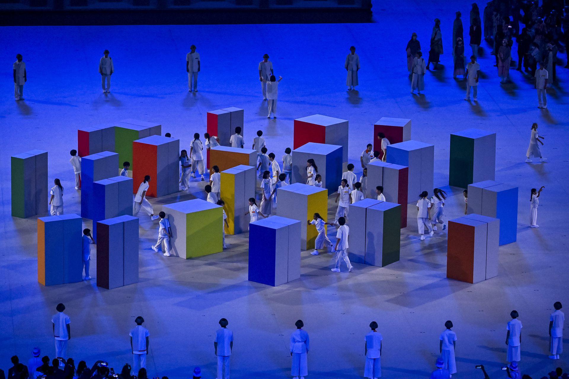 Bailarines y cubos gigantes en la ceremonia de apertura de los Juegos Olímpicos de Tokio 2020