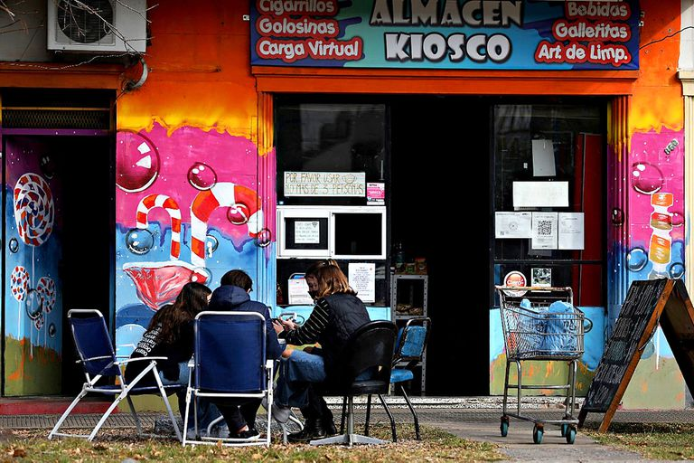 La Plata. Comerciantes comparten el wifi para que los chicos vulnerables estudien