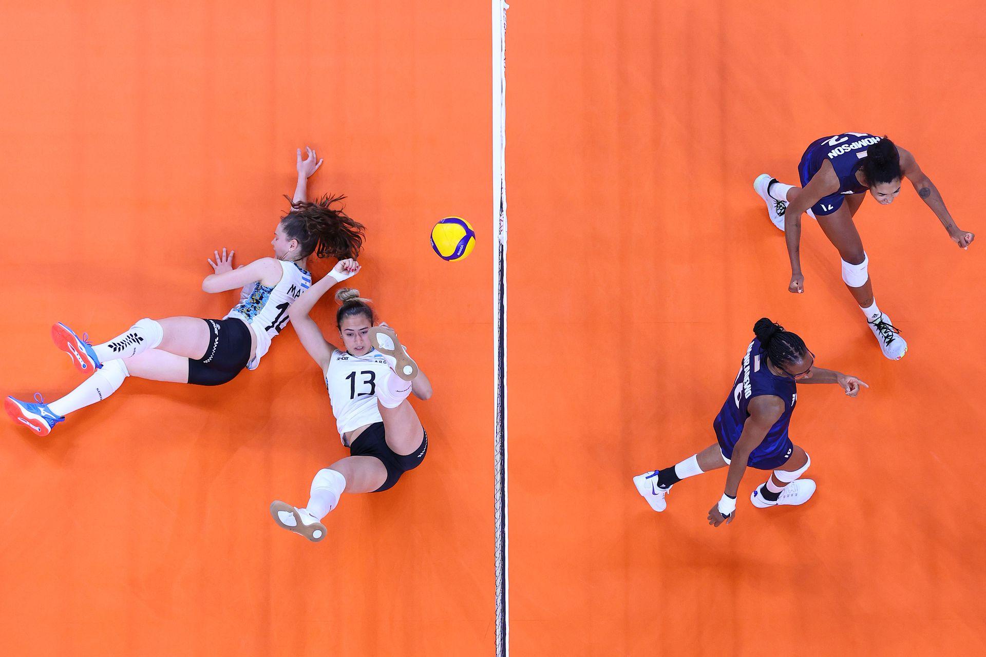 Jordan Thompson # 12 del Equipo de Estados Unidos y Foluke Akinradewo # 16 reaccionan después de anotar un punto contra el Equipo de Argentina durante el Preliminar Femenino - Grupo B en el segundo día de los Juegos Olímpicos de Tokio 2020 en Ariake Arena el 25 de julio , 2021 en Tokio, Japón.