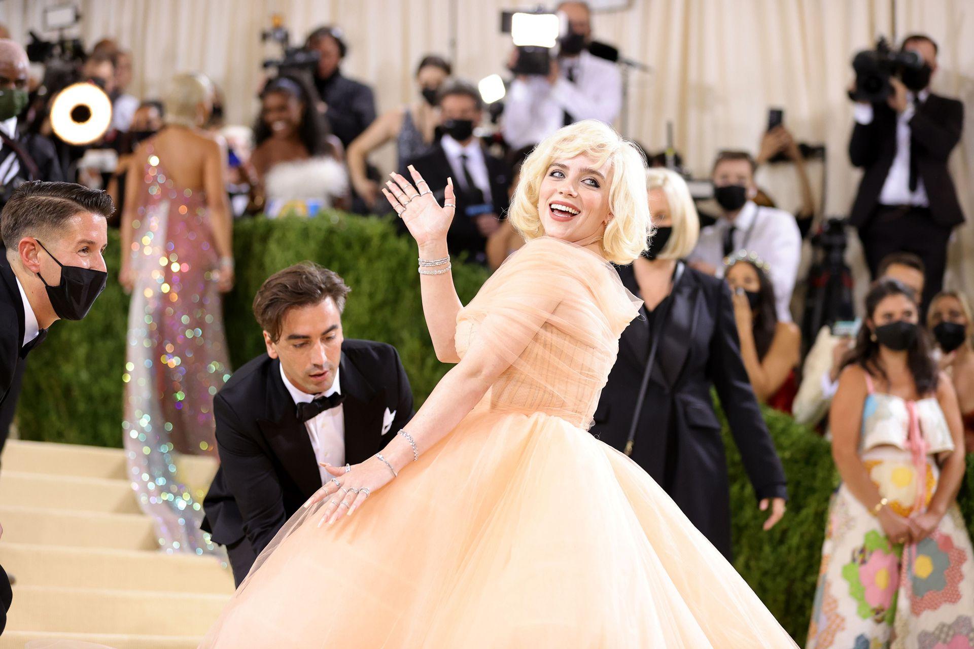 La cantante Billie Eilish llega a la Gala Met 2021, en la ciudad de Nueva York, con un imponente vestido de Oscar de la Renta