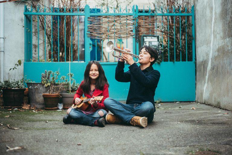 Nora, de 10 años, e Isaac, de 13, interpretan canciones de músicos latinoamericanos en su canal de YouTube