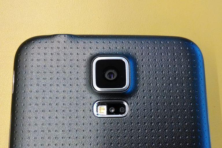 La cámara de 16 megapixeles y, abajo, el sensor de ritmo cardíaco
