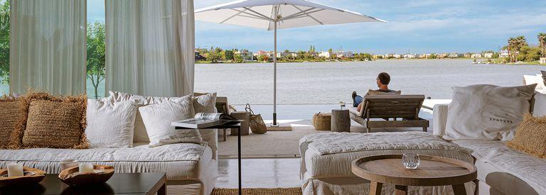 Como de vacaciones. Una casa en contacto con la laguna que evoca playas exóticas