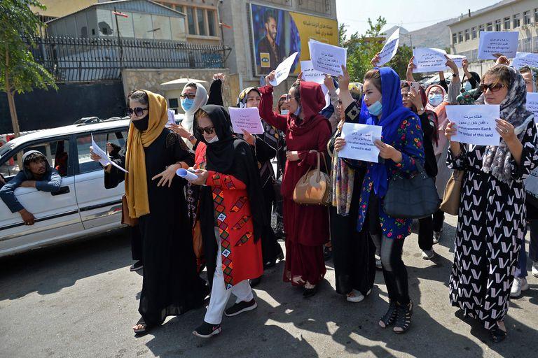 Durante el anterior gobierno talibán, que tuvo lugar entre 1996 y 2001, las mujeres fueron fuertemente privadas de su libertad (AFP)