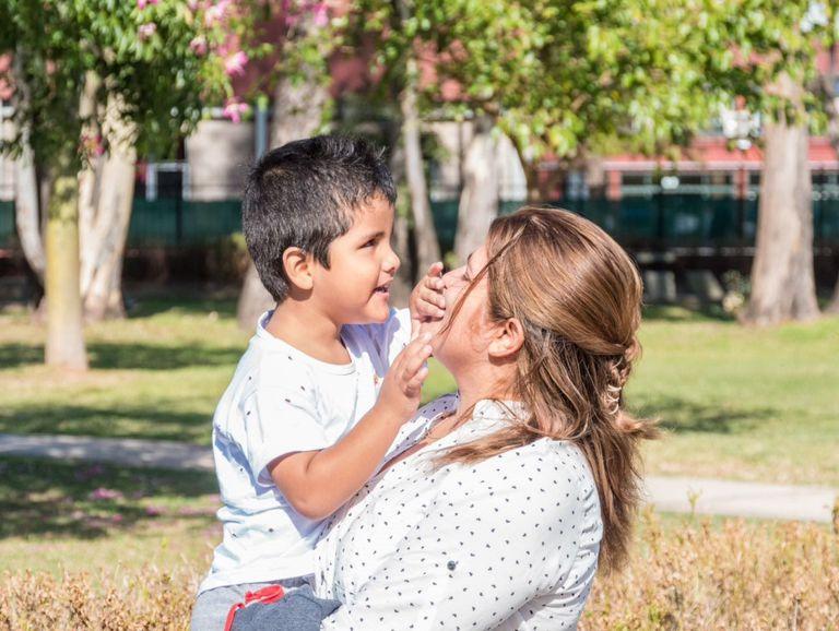 """""""Mi hijo es un chico extraordinario y muy inteligente. Pero su situación es difícil porque no puede hacer un montón de cosas, como jugar con otros chicos"""", cuenta Cintia Rivadera, la madre de Santino"""