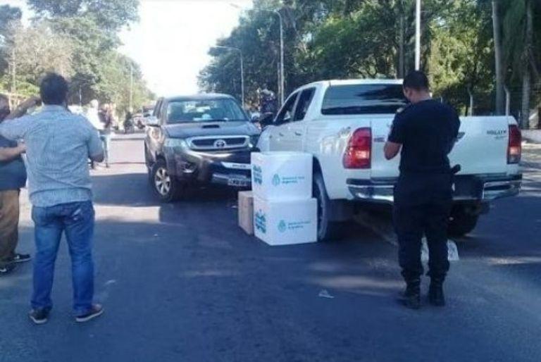 Momentos después del accidente del ministro Cardozo, autoridades de la cartera sanitaria rescataron las vacunas para su traslado a la ciudad de Goya