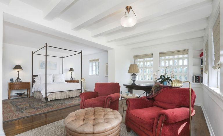 La suite principal tiene su propio espacio de descanso con sillones (Redfin)