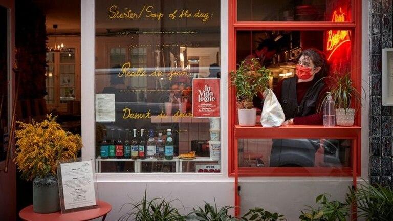 Los restaurantes y bares en París atienden a sus clientes desde hace cinco meses en ventanas y solo ofrecen comida para llevar