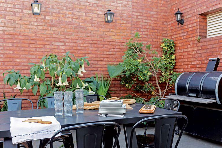 Junto al chulengo que dejaron los dueños del departamento, mesa de hierro y chapa para diez personas, un diseño de Victoria que acompañó con sillas 'Tolix'