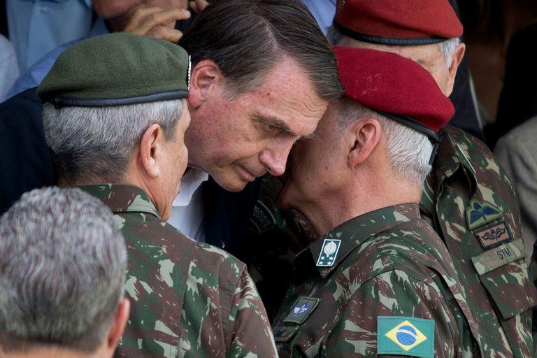 Bolsonaro, junto con jefes militares