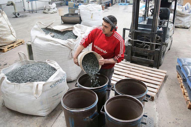 Desde baldes hasta mochilas; soluciones para que el material más usado en el acopio de granos no se transforme en un problema para el medioambiente