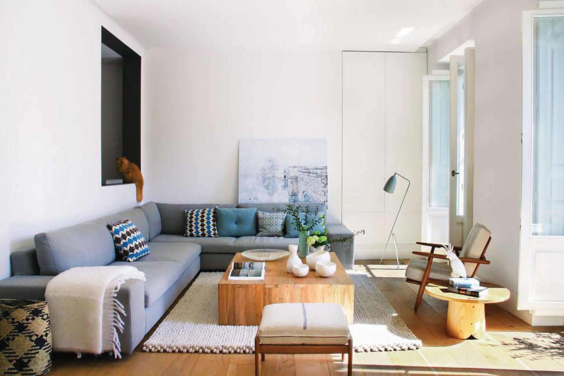 Enorme y en forma de L, el sofá toma las paredes que ofrece el living y se hizo llegar hasta el nuevo y generoso armario.