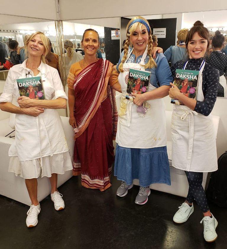 La cocinera Daksha le regaló su libro a Cñaudia Fontán, Georgina Barbarosa y Candela Vetrano luego de su participación como invitada en MasterChef Celebrity (Telefe).