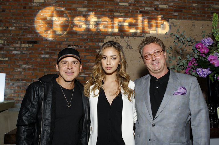 Gerardo junto a su hija, la modelo Nadia Mejia y el anfitrión de la fiesta privada, Bernhard Fritsch, en 2014 en Santa Mónica, California