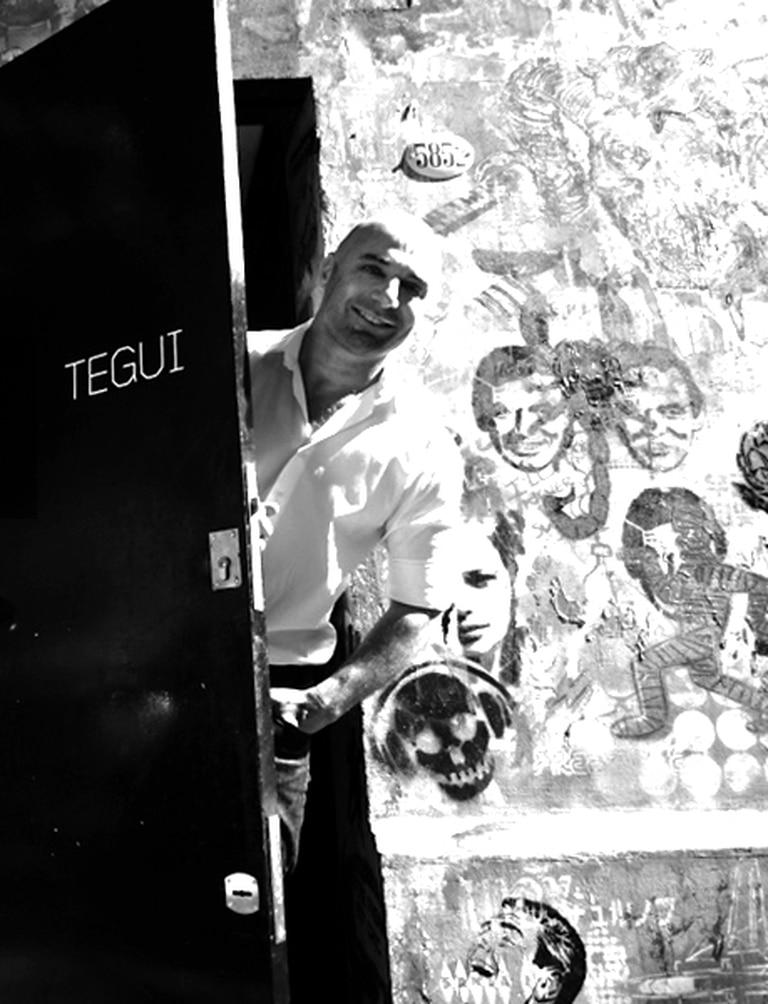 Tegui, abriendo la puerta de su restaurante en Palermo