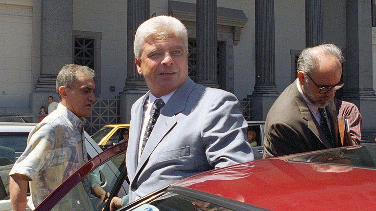 Alfredo Yabrán yéndose de Tribunales.