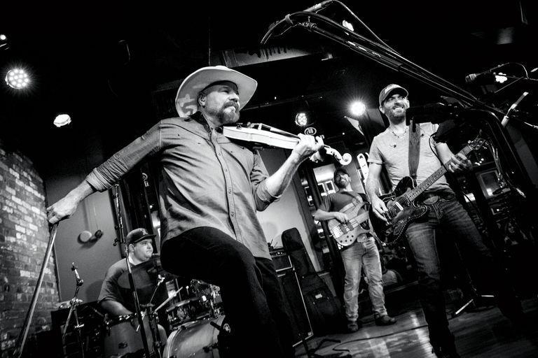 En los bares, día y noche, suenan desde bandas de covers hasta leyendas vivas del bluegrass