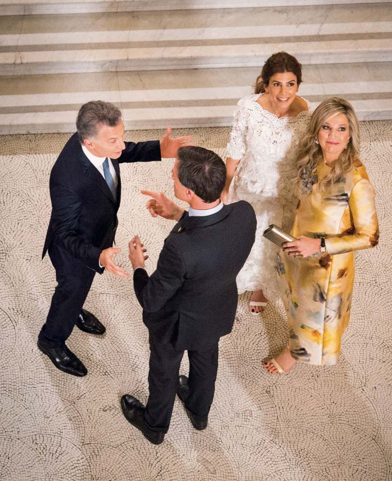Máxima entró al teatro Colón junto al primer ministro holandés Mark Rutte. Para la ocasión, eligió un vestido estampado de Natan, una de sus firmas de cabecera, con apliques bordados.