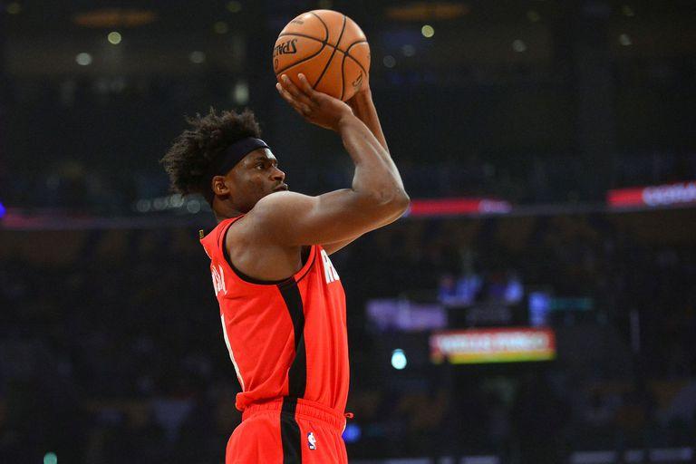 Los Ángeles, California, Estados Unidos; El alero de los Houston Rockets Danuel House Jr. (4) dispara una canasta de tres puntos contra Los Angeles Lakers durante la primera mitad en el Staples Center.