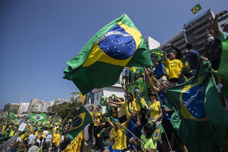 Simpatizantes se reúnen durante una manifestación en apoyo del presidente de Brasil, Jair Bolsonaro, para conmemorar el Día de la Independencia en la playa de Copacabana en Río de Janeiro, Brasil, el martes 7 de septiembre de 2021