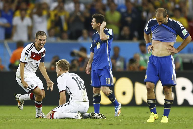 El momento soñado y el instante fatal: acaba de terminar el tiempo suplementario de la final en el Maracaná y Lahm busca a Toni Kroos para desatar el festejo..., ante el dolor de Messi y Zabaleta