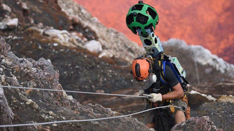 Uno de los operadores de Google Street View, equipados con la cámara panorámica mientras desciende al cráter del volcán Marum