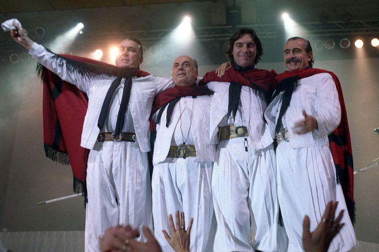 Los Chalchaleros durante un show en 2002