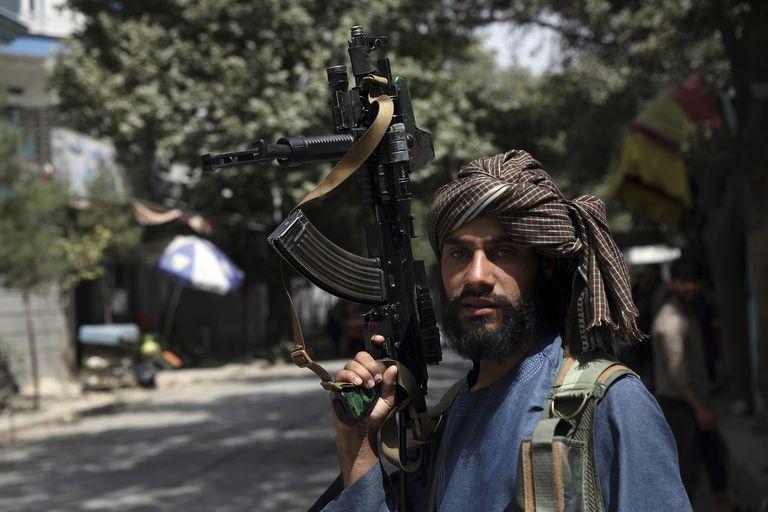 Un miliciano talibán patrulla las calles de Kabul