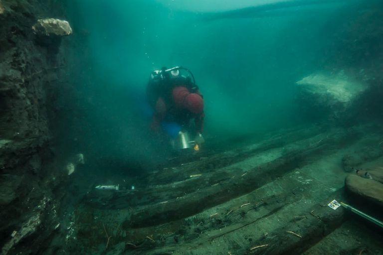 Un experto examina los restos del barco militar descubierto en Heracleion frente a la costa de Alejandría