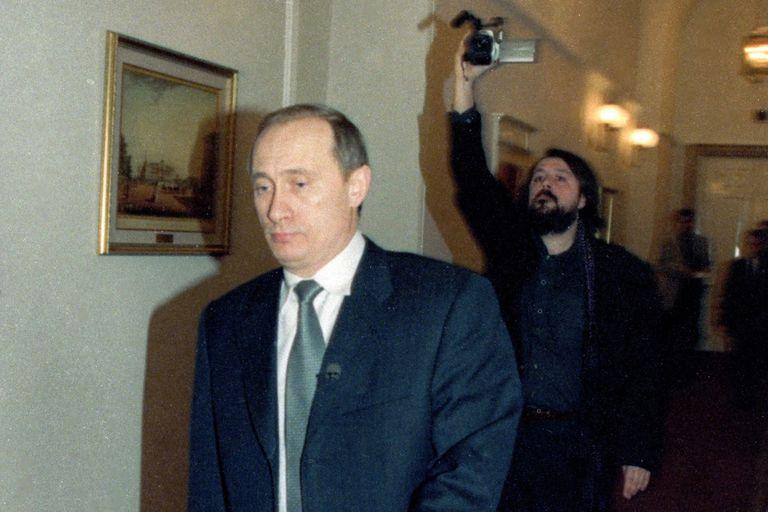 Mansky (atrás, con la cámara) estaba a cargo de los documentales de la cadena televisiva estatal cuando Putin llegó al poder