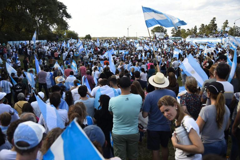 Una multitud durante el banderazo en Avellaneda, Santa Fe